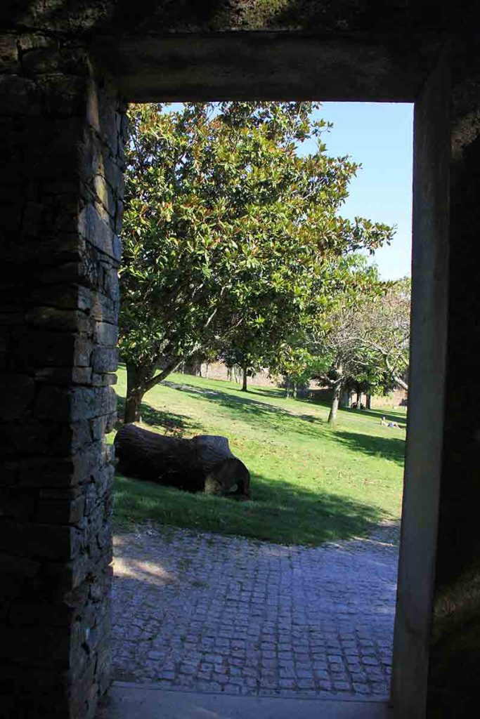 Puerta a la zona del cementerio en Bonaval